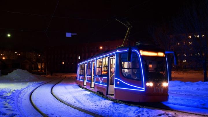 Цвет настроения — синий: в Уфе трамваи и троллейбусы нарядили к Новому году