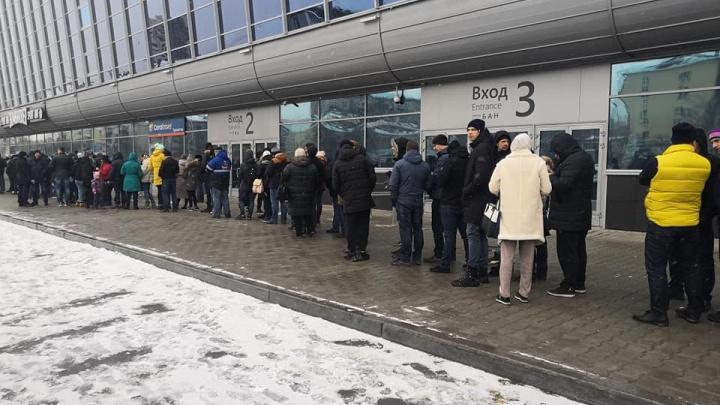 За билетами на матчи между «Автомобилистом» и «Салаватом Юлаевым» выстроилась гигантская очередь