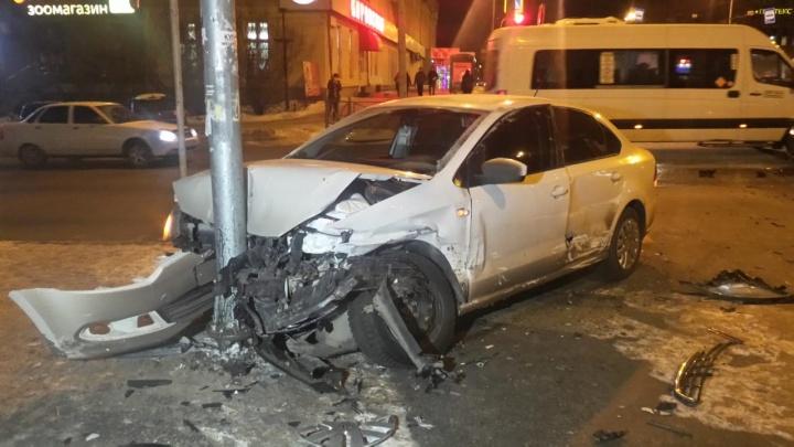 В Екатеринбурге недалеко от циркапопавший в аварию Volkswagen занесло, и он врезался в столб