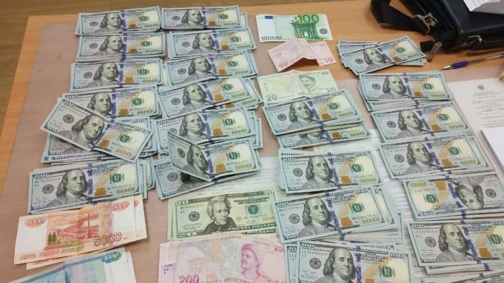 На таможне в Кольцово задержали пассажира, который пытался незаконно провезти 1,8 миллиона рублей
