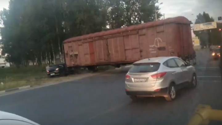 В Ярославле иномарка попала под поезд: видео