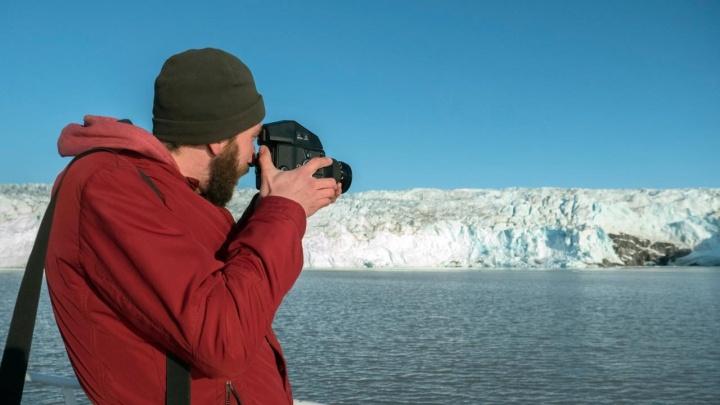 Как в замке Снежной королевы: новосибирец забрался в пещеру тающего ледника в Норвегии