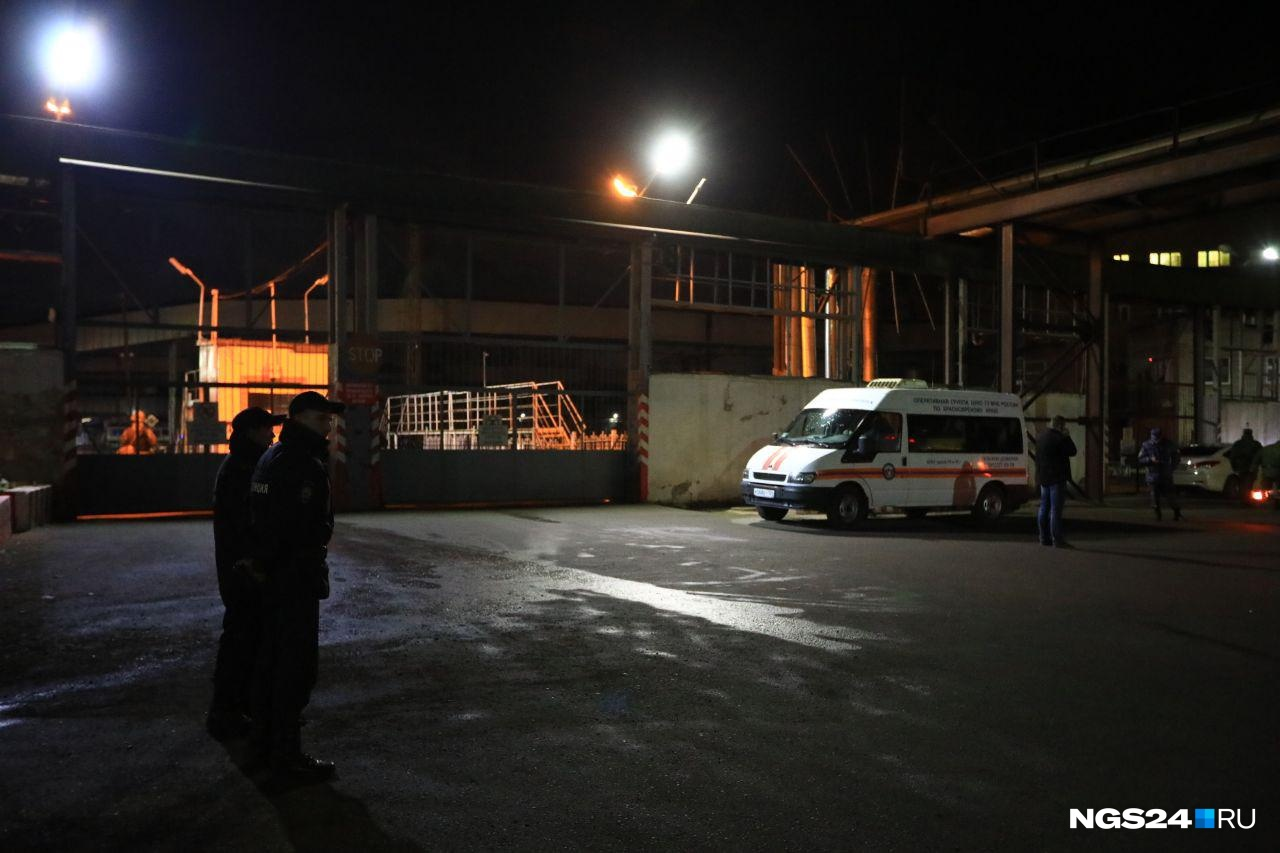 Полиция и скорая возле завода