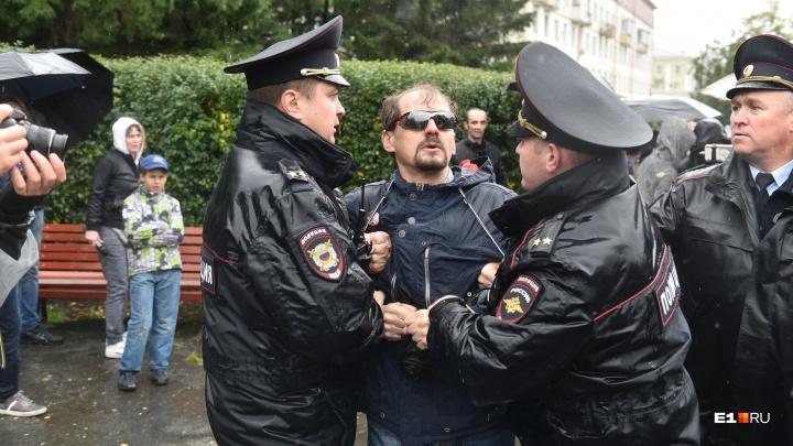 Флаг России не брать, где попало не стоять. И другие вещи, которым нас научила полиция 9 сентября