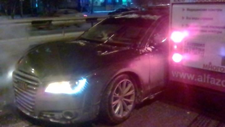 Водитель Audi, лишенный прав, врезался в автобус на улице Пермякова