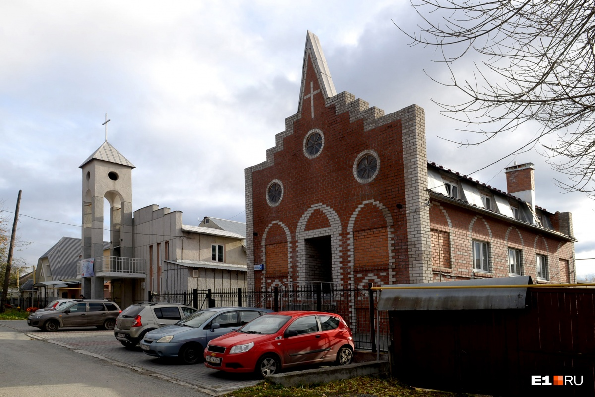 Сначала мы подумали, что это тоже какая-то церковь, но оказалось, что это жилой дом