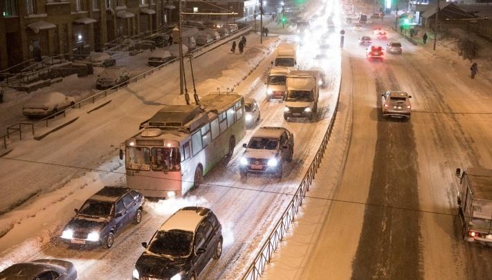 «Люблю каждого в этой пробке». Застрявшие на дорогах новосибирцы поздравляют друг друга с праздником