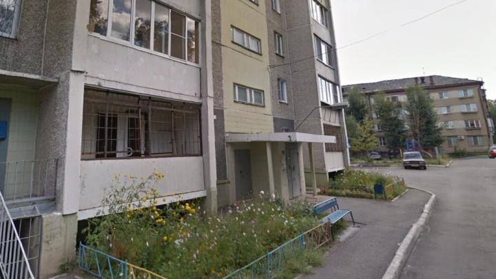 «Облокотилась на москитную сетку»: из окна многоэтажного дома в Челябинске выпала школьница