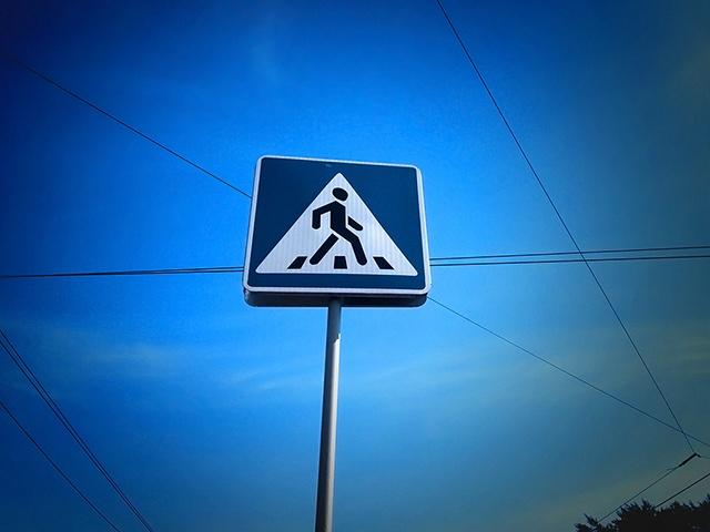 Мальчик переходил дорогу на разрешающий сигнал светофора