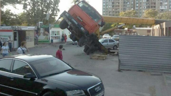По стопам Таганрога: автокран ушел под землю в Волгодонске