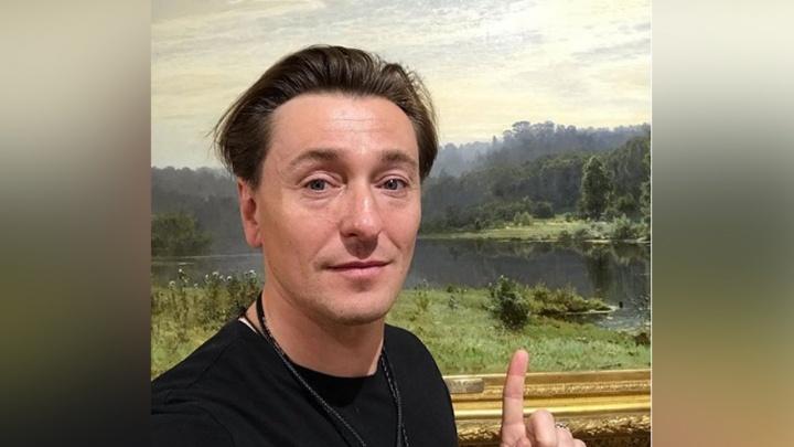 Сергей Безруков оценил «Движение к свету» вНижегородском художественном музее