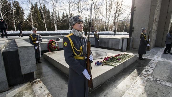 Новосибирцы отмечают 23 Февраля: онлайн-репортаж