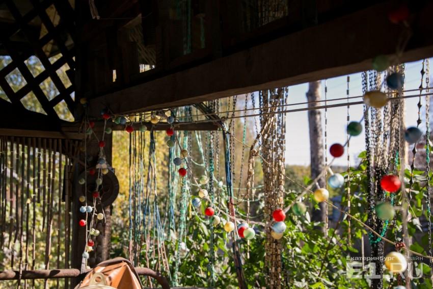 Веранда украшена разноцветными шторками
