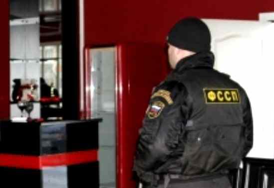 Работница из Киргизии пряталась под столом кафе на Свободном от судебных приставов