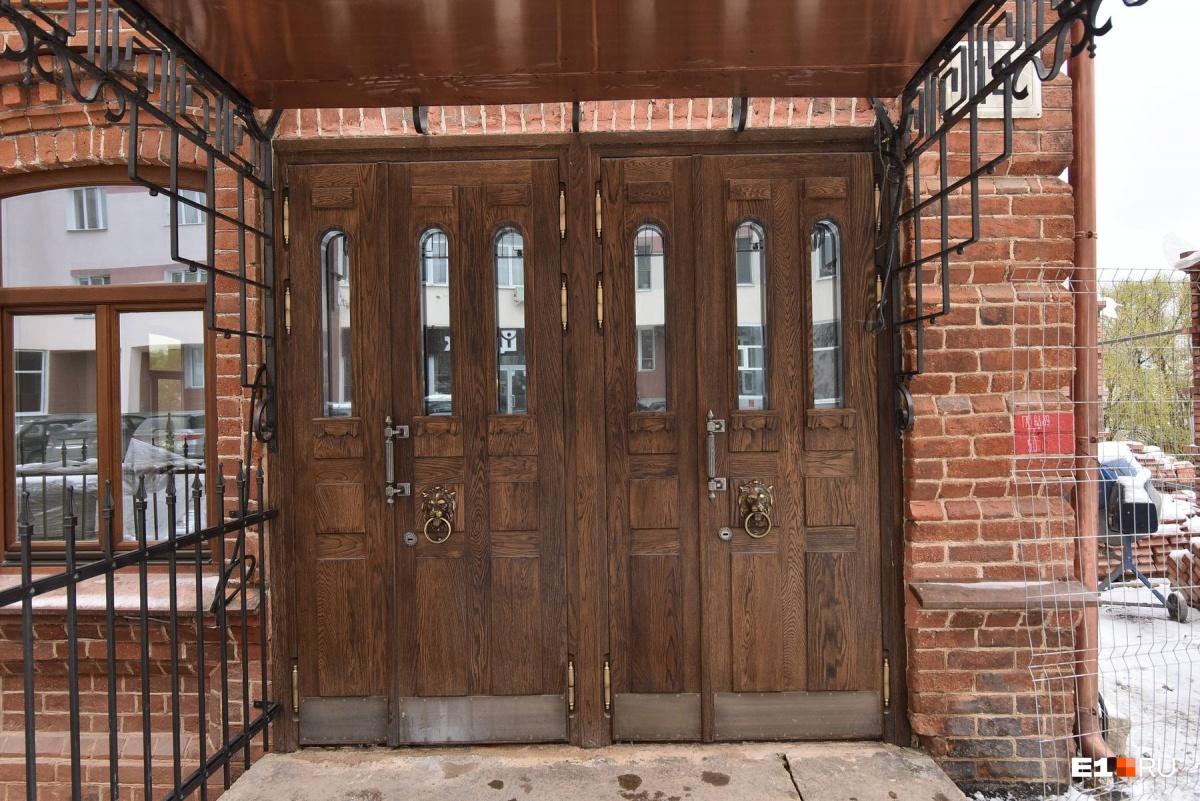 В старинном Косом доме будет жить бывший директор концерна «Калина»: он уже вырыл в подвале бассейн