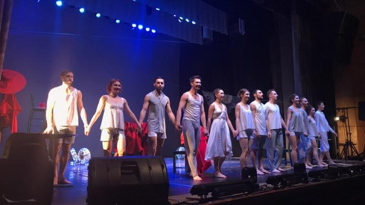 Артисты балета показали новосибирцам спектакль по Достоевскому из одного слова