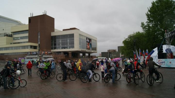 800 велосипедистов проехали 5 километров по центру под дождем
