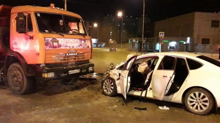 На ВИЗе водитель Opel пронёсся на красный и врезался в КамАЗ, один человек погиб