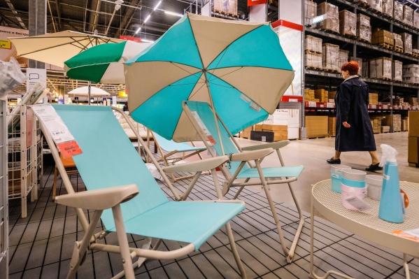 Зоны отдыха с зонтиками и креслами выставлены практически во всех магазинах