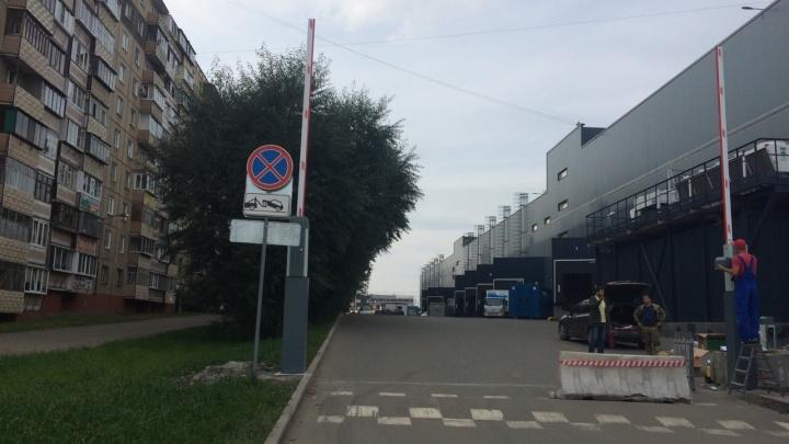 «Как теперь попасть домой»: в Челябинске хозяева ТРК «Космос» перекрыли шлагбаумом подъезд ко дворам