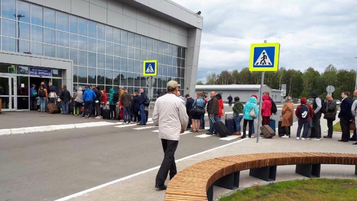 Стояли на улице: в аэропорту Архангельск из-за двух близких рейсов собралась огромная очередь