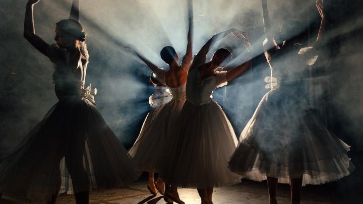 Невесомость и лёгкость в дыму: фотограф устроил невероятную фотосессию с пятью балеринами