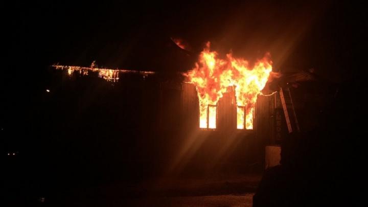 Крупный ночной пожар в Башкирии: огонь охватил дом и магазин