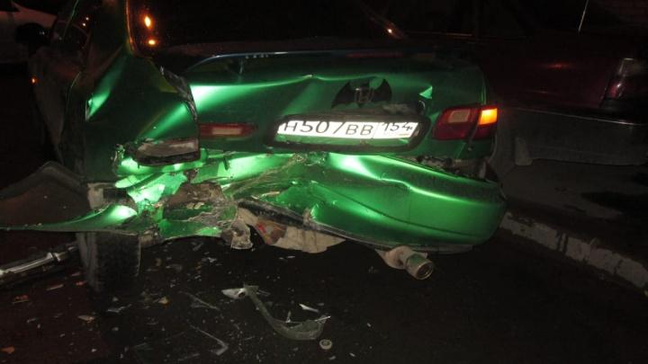 «Хонда» влетела в припаркованный автомобиль с девушкой-подростком