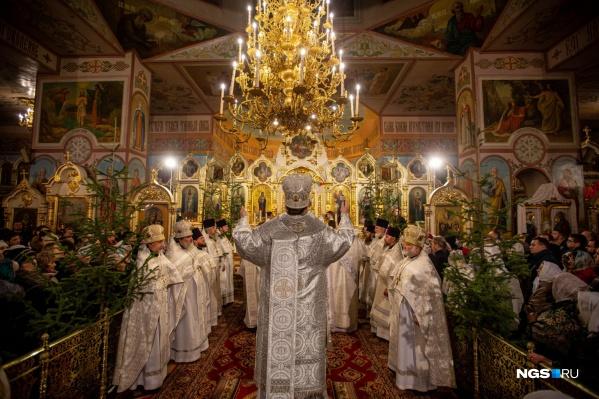 На праздничное богослужение в Вознесенском кафедральном соборе собрались сотни горожан
