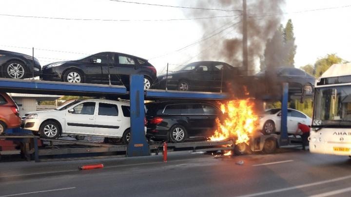 «Горели иномарки»: на «штанах» в Красноармейском районе Волгограда вспыхнул автовоз