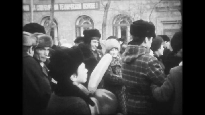 «Шли от Станиславского до площади Ленина»: новосибирец нашёл редкие кадры с Первомаем начала 1980-х