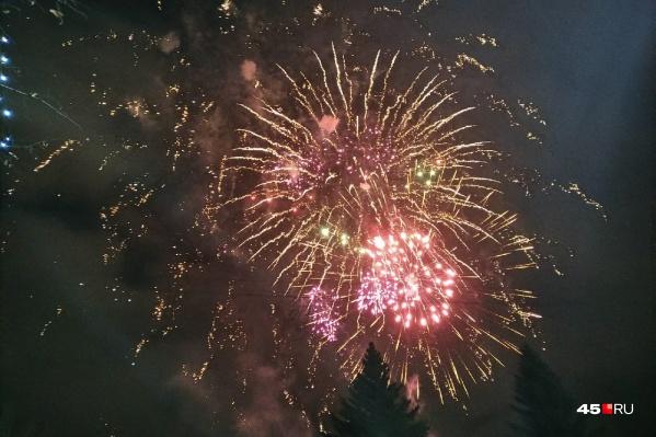 Залпы салюта ознаменовали открытие ледового городка и дали старт празднованию Нового года