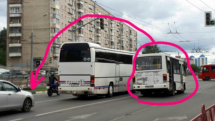 В Ярославле у маршрутки с пасажирами на ходу оторвало колесо