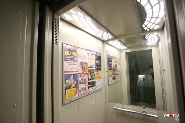 Мужчина остановил лифт и пристегнул женщину наручниками