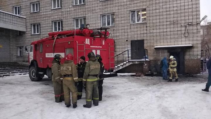 «Подожгли хулиганы»: пожарные эвакуировали из задымлённого общежития НГТУ 100 человек