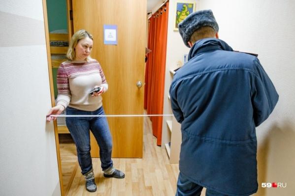 Во время проверки делают замеры ширины коридоров. Норма — не менее одного метра