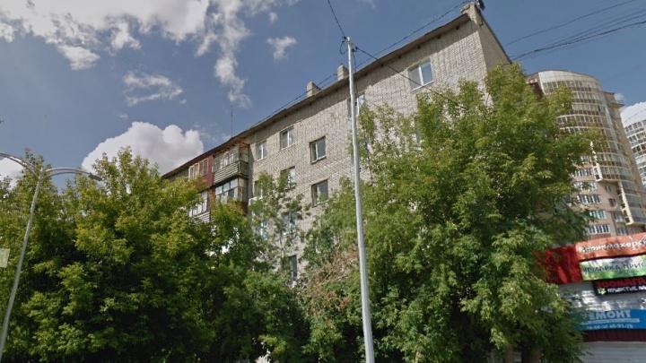 На Ямской из окна многоэтажки выпал 60-летний мужчина