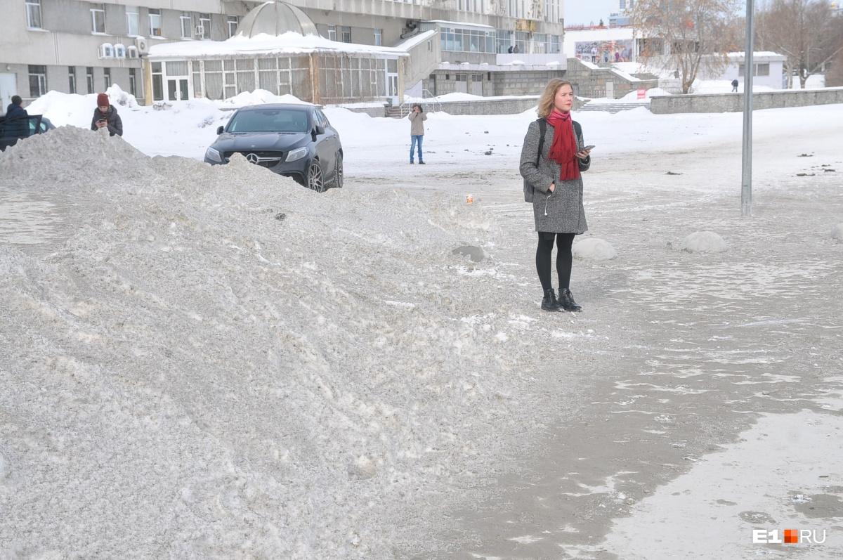 Снег засыпало бетонной крошкой