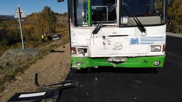На трассе в Башкирии ВАЗ с челябинскими номерами врезался в автобус с детьми
