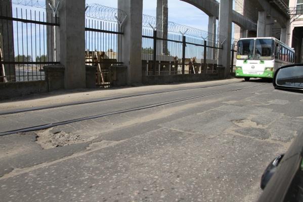 Проезд по дамбе-шлюзу откроют на сутки позже запланированного