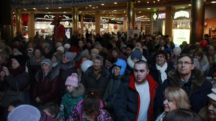 Сотни новосибирцев сбежались на открытие магазина с огромной русской печью