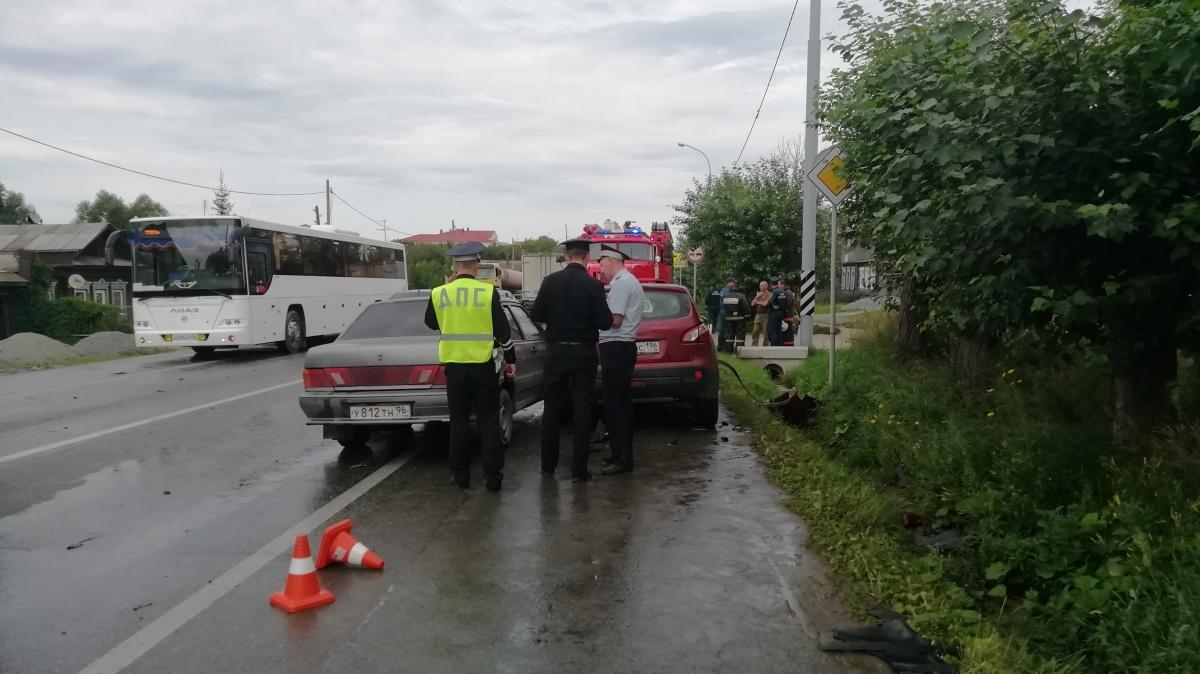 Сотрудникам МЧС пришлось проводить деблокировку, чтобы освободить пострадавших из искорёженных автомобилей