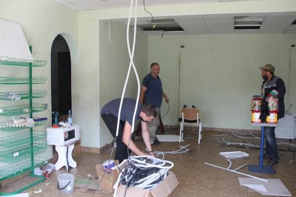 Предприниматели разбирают свой павильон в Свердловском районе