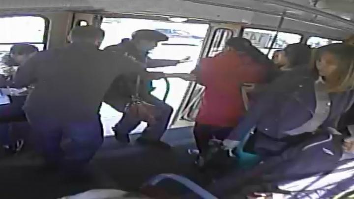 Камеры сняли, как агрессивный пассажир выкинул пожилого кондуктора из трамвая на Уралмаше