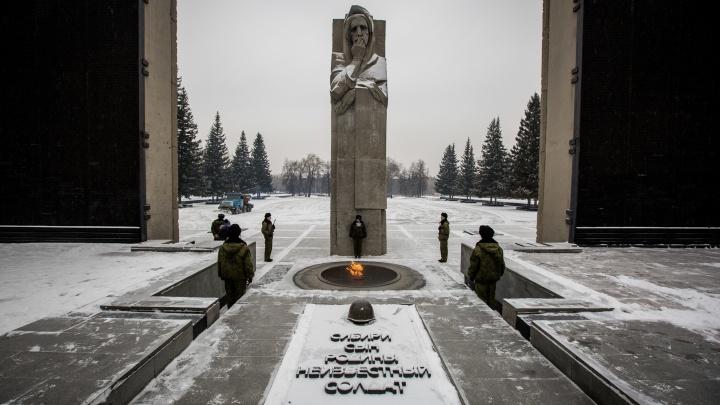 Поменяют спустя 53 года: мэрия получила десять заявок на исправление ошибок на Монументе Славы