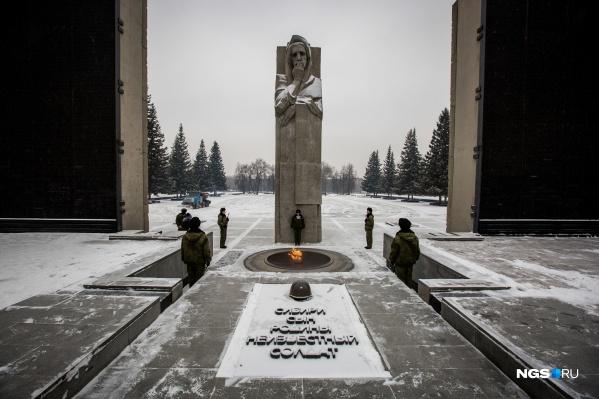 Сейчас поступило 10 заявок с просьбой исправить ошибку в написании фамилий на Монументе Славы