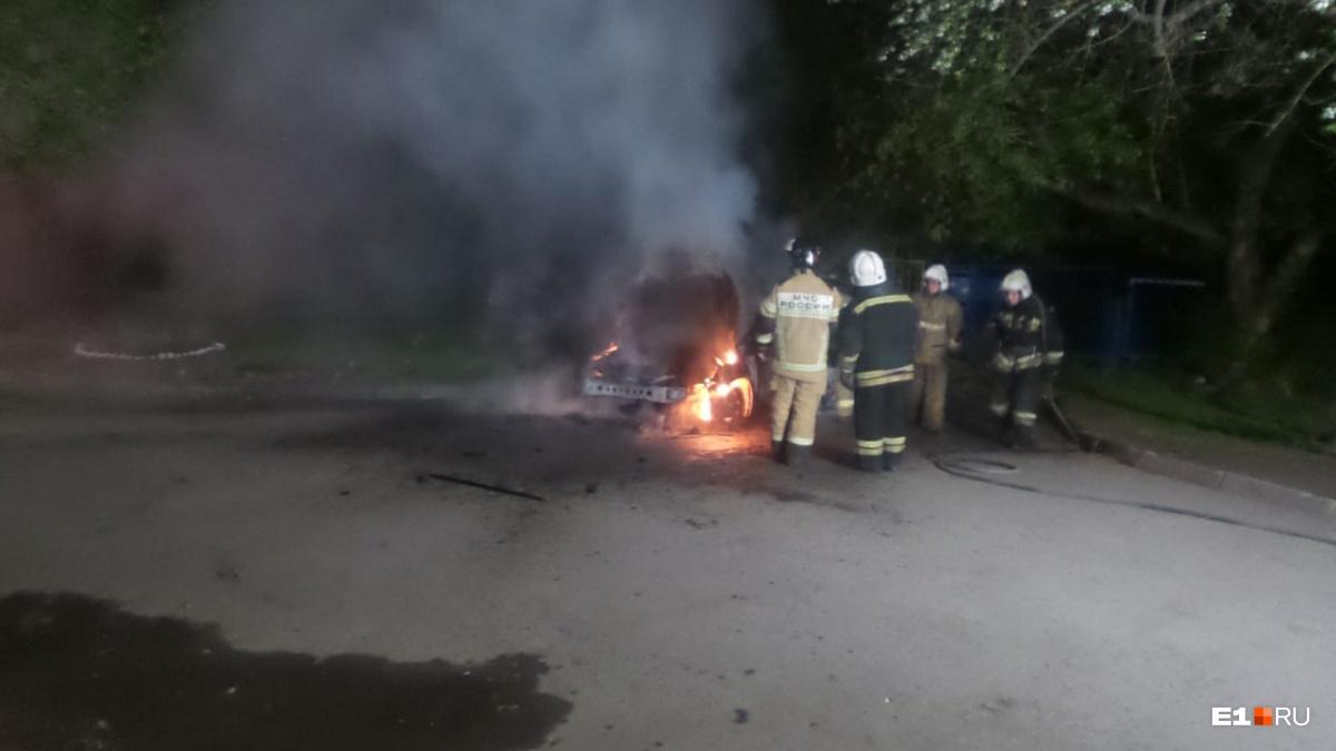 Пожарные справились с огнем, но машина выгорела полностью
