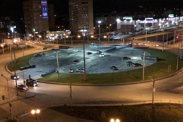 После реконструкции Московского шоссе площадку возле Ил-2 облюбовали стритрейсеры