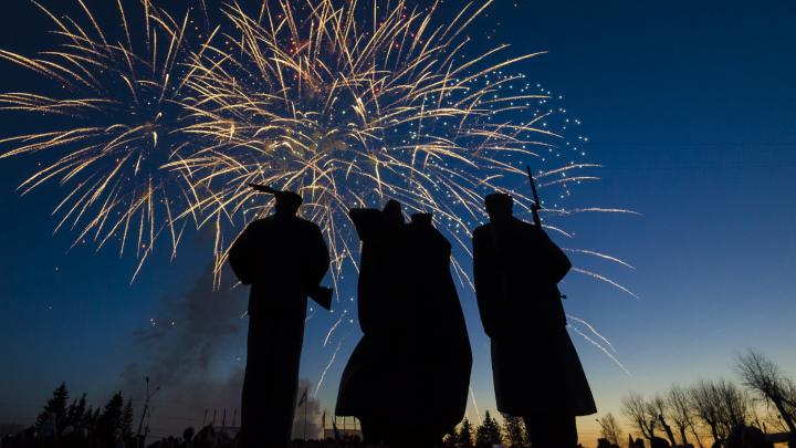 Посвящение героям: смотрим на праздничный фейерверк в Архангельске в честь 74-й годовщины Победы