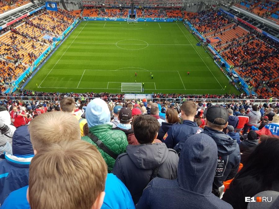 Пустые места хорошо видны на оранжевом стадионе